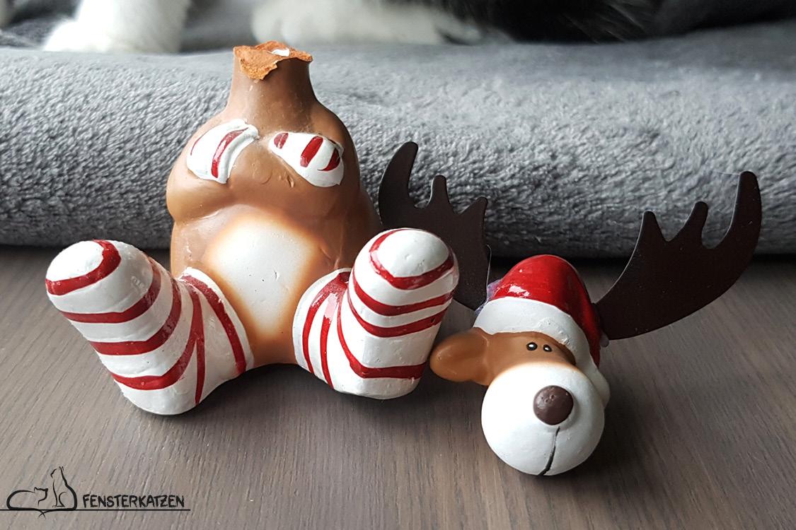 Fensterkatzen_Das-Erste-Mal_Weihnachten-mit-Katzen_Elch-Figur-geköpft-kaputt