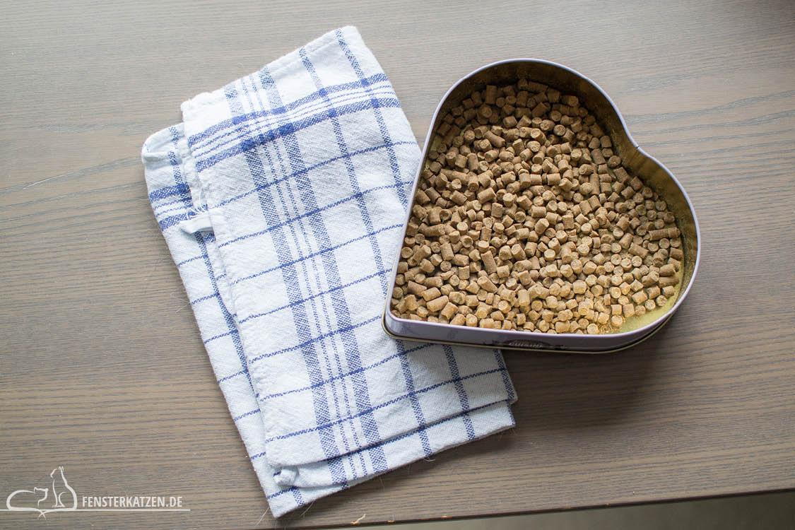 Fensterkatzen-Alltag-3-Futterspiele-Koerper-Koepfchen-Material